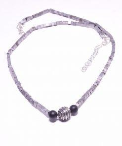 Girocollo minimal ematite e argento Girocollo di ematite grigio a cubetticon onice nera e sfera in arg. 925, collana urban, gioiello minimal, dark