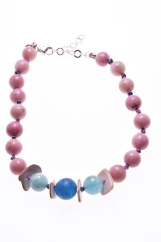 Bracciale rosa e blu, pietre dure, argento Milla Bracciale con sfere di rodonite rosa, due sfere di amazzonite azzurra, una sfera di agata blu opaca, divisori di conchiglia, chiusura in argento.