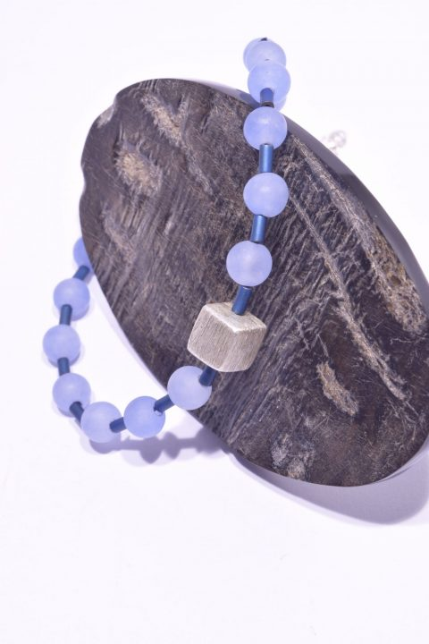 Bracciale agata azzurra, pietre dure e argento, Milla ematite blu Bracciale con sfere azzurre di agata, cubo centrale in argento satinato 925, cilindri in ematite blu