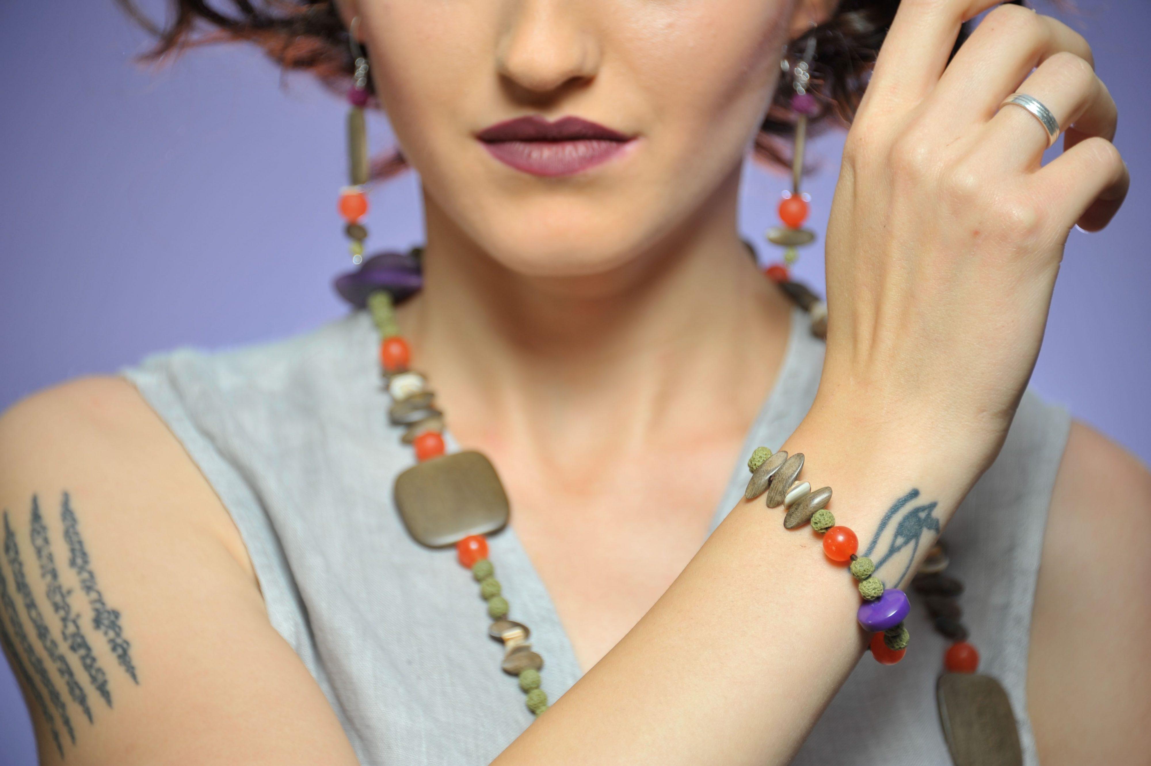 Natural collana e bracciale con pietre dure, lava, tagua, shooting