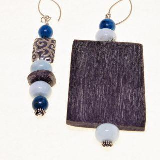 Orecchini Profondo-blu, acquamarina, apatite, corno Ag. 925 Paio di orecchini di diversa foggia, corno di bufalo, acquamarina, apatite, argento di Bali.