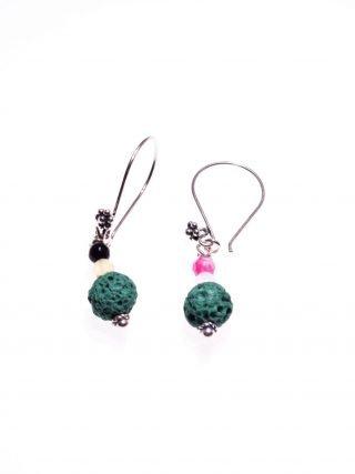 Orecchini pietre dure, lava, giada, argento, verde Milla orecchini pendenti a pompeiana con decoro floreale in argento anticato, lava verde e agata multicolore.