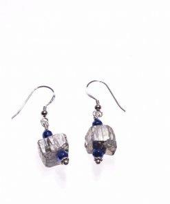 Orecchini pietre dure, pirite, argento, Shadow blu Orecchini pendenti con pietre dure, pirite e ematite blu, inserti in argento anticato di Bali