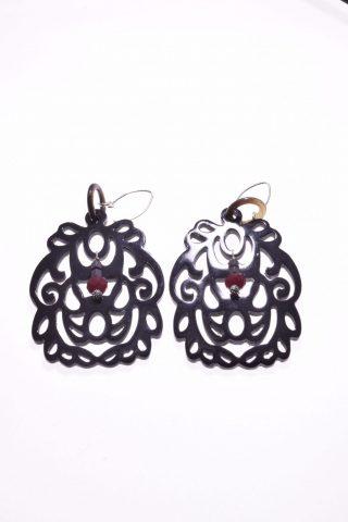 Orecchini corno di bufalo, pietre dure rosse, argento, Arabesco nero Orecchini pendenti arabesco in corno di bufalo nero, rubellite, ematite, chiusura in argento.