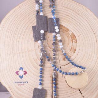 """Collana """"profondo blu"""" 120 cm. acquamarina corno Collana lunga 120 cm. con pietre dure: apatite blu, acquamarina, quarzo fumè. inserti rettangolari in corno di bufalo satinato grigio, rettangoli in argento sterling con decoro floreale"""