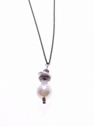 Girocollo perla barocca, catena argento rutilato, madreperla Pendente con grande perla scaramazza dischetti di madreperla, catena rolò argento brunito