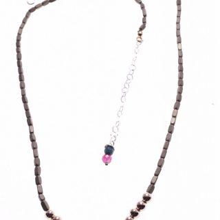 Girocollo minimal, ematite grigia e rosa; Milla girocollo tubicini grigi di ematite, centrale sfere di ematite rosa, chiusura con catena per messa di misura in argento.