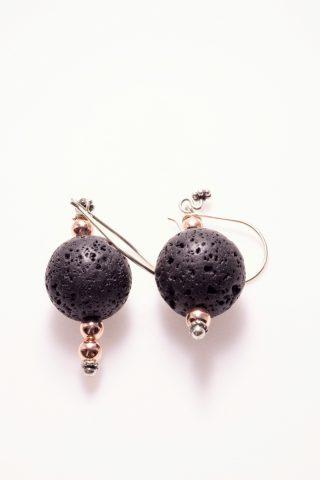 Orecchini lava nera, ematite rosé, argento, sfera Orecchini alla pompeiana, decoro floreale, sfera lava nera, piccole sfere di ematite rosé, argento 925