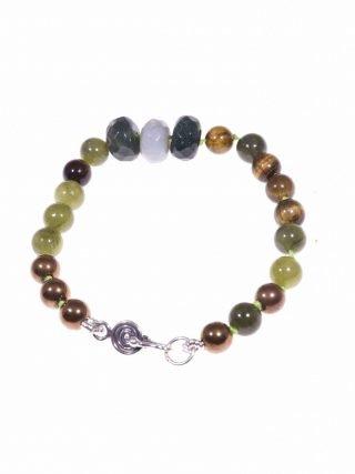 Bracciale pietre dure, verde, argento, Iridis con rondelle di agata indiana, sfere di giada canadese, occhio di tigre e ematite bronzo. Chiusura con motivo a spirale in argento 925 di Bali.