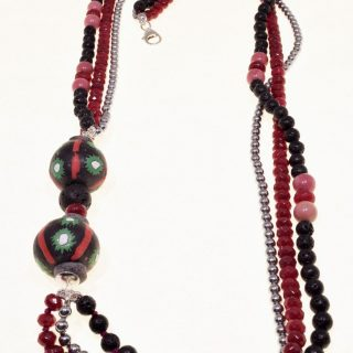 Collana Più fili, rossa, pietre dure, terracotta, argento, cm.70 Collana con giada rubellite, ematite argento, rodonite, lava vulcanica sfere di vetro riciclato del Ghana