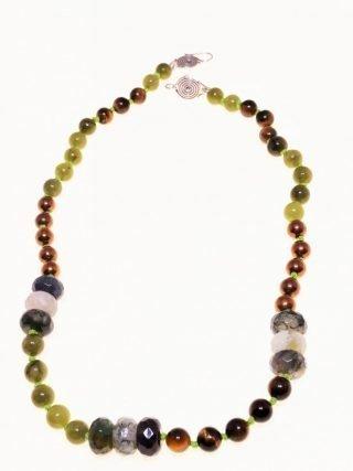 Girocollo Iridis, verde, pietre dure, argento Girocollo con rondelle di agata indiana, sfere di giada canadese, occhio di tigre e ematite bronzo. Chiusura con motivo a spirale in argento 925 di Bali.