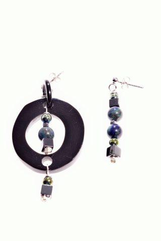 orecchini disuguali, corno di bufalo nero, lapislazzuli, ematite, argento