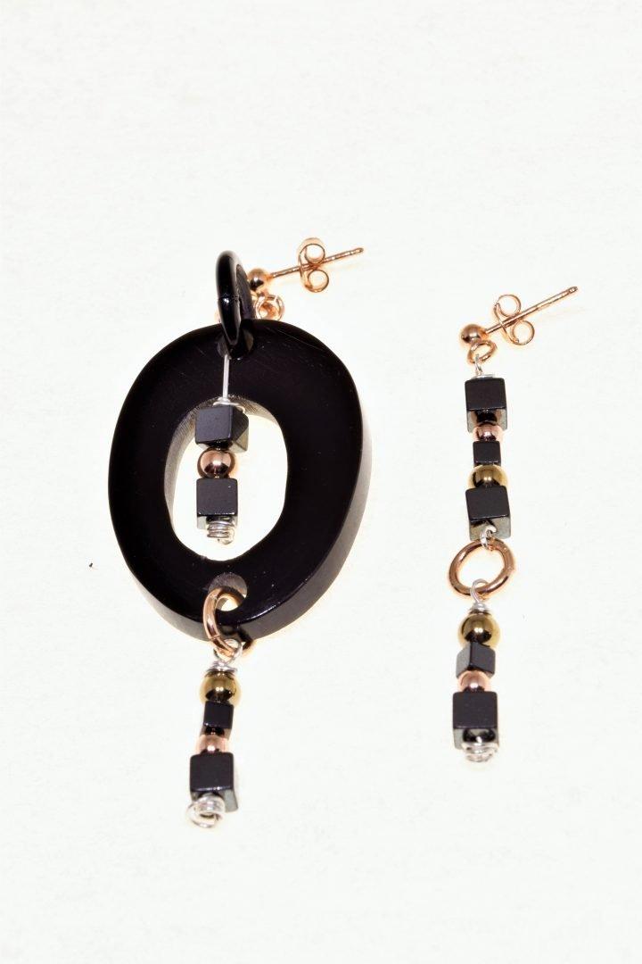 orecchini ovale, nero rosè, pietre dure, corno, argento orecchini disuguali con ovale nero lucido di corno di bufalo, cubi di ematite nera, sfere di ematite rosé, montatura a farfallina in argento 925 rosé.