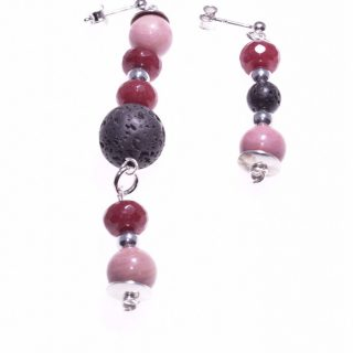 Orecchini pietre dure, rosa neri, argento, pendenti, Più fili orecchini di pietre dure pendenti, disuguali per misura, colori: rosa, bordeaux, nero, chiusura in argento a farfallina.