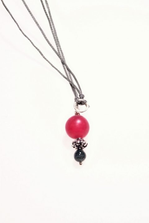 Ciondolo pietre dure, rosso, agata, argento, Milla pendente con sfera di agata rossa opaca, piccola sfera verde di agata e prezioso inserto in argento anticato con decoro floreale.