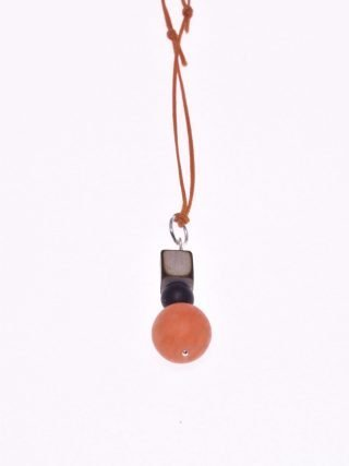 Ciondolo pietre dure, agata arancio, onice, legno, argento Natural Pendente di 3,00 cm. colore arancio, nero e legno, filo di cotone cerato arancio.