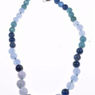 Girocollo Iridis, blu, pietre dure, argento Girocollo con sfere di turchese, acquamarina milk, apatite e agata Chiusura con motivo a spirale in argento 925 di Bali.