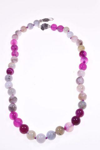 Girocollo Iridis, fucsia, pietre dure, argento Girocollo con alternanza di sfere di agata fucsia e sfere di quarzo multicolore grigio, rosa, azzurro. Chiusura con motivo a spirale in argento 925 di Bali.