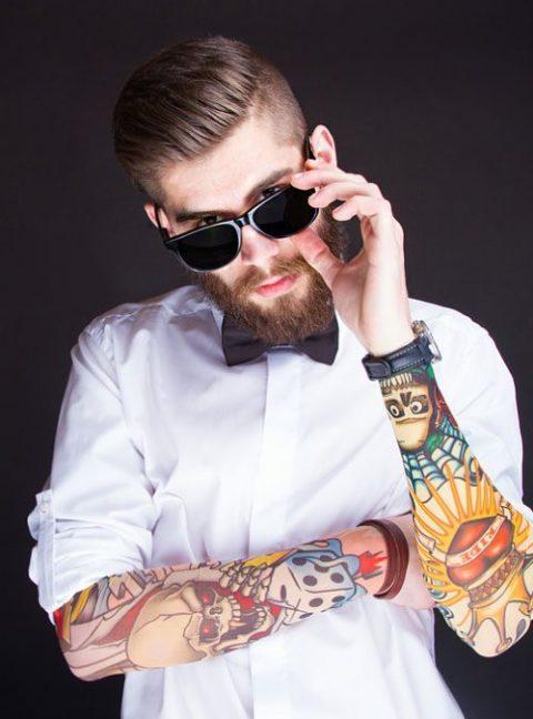 uomo con tatuaggi shop shooting gioielli uomo con pietre dure e argento