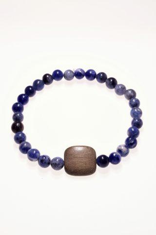Bracciale pietre dure blu e legno, sodalite, elastico Bracciale con pietre dure caratterizzati dal filo elastico per facilitarne la vestibilità, originale centrale in legno di colore tortora,