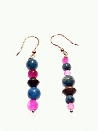 Orecchini pendenti blu e fucsia, argento rosa, Natural orecchini con pietre dure ottanio e fucsia e divisori in legno, montatura a pompeiana in argento rosa.