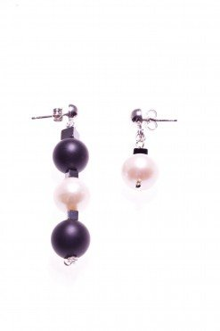 Orecchini perle, bianco neri, pendenti, disuguali, Shadow Orecchini con perle sferiche, onice nero e cubi di ematite nera, un orecchino pendente con sfere di onice e perla bianca, un orecchino con solo una perla.