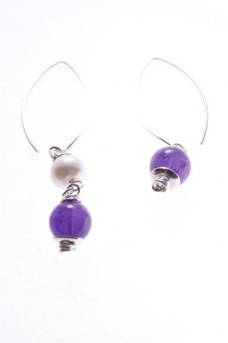 Orecchini perle pendenti disuguali, ametista, argento Milla: Milla Orecchini pendenti e disuguali 2+1, montatura a pompeiana ad arco in argento 925, perle coltivate e pietre dure.