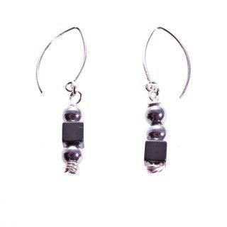 Orecchini pendenti argento e neri, Milla ematite, orecchini disuguali e pendenti, minimal, piccoli, fatti a mano. made in Italy.