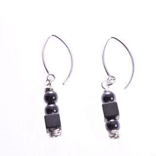 Orecchini pendenti argento e neri, cubi e sfere neri, orecchini disuguali e pendenti, minimal, piccoli, fatti a mano. made in Italy.