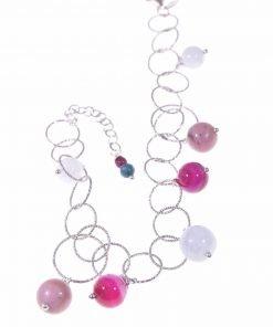 Bracciale anelli argento e pietre dure azzurre e fucsia coll Ziggy Bracciale catena ad anelli in argento battuto con sfere pietre dure azzurre, fucsia, rosa