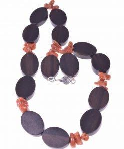 Girocollo donna corallo e legno, argento, cupolini corallo rosso del Mediterraneo, Legno tiger ebony delle Filippine, chiusura argento anticato.