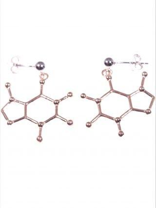 Orecchini molecola caffeina, argento rosa Linea Argento collezione: Molecole orecchini con perno e farfallina in argento, pendente molecola della caffeina in argento placcato oro rosa.