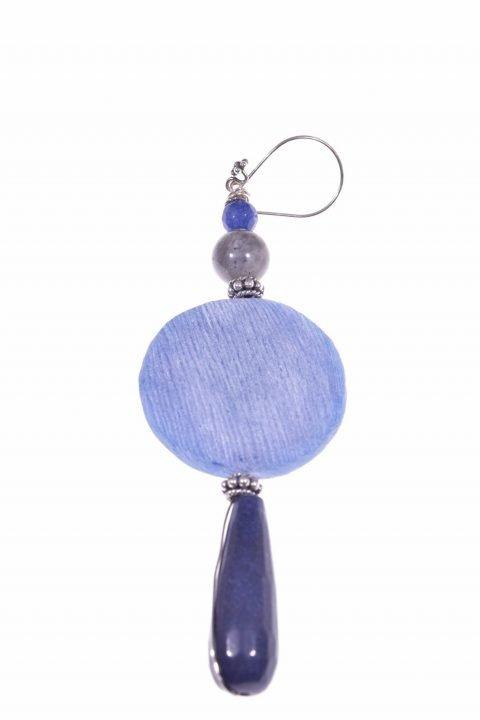 Mono-orecchino azzurro, argento, pietre dure Mono-orecchino pendente disco corno di bufalo colorato azzurro, giada zaffiro, labradorite, argento.