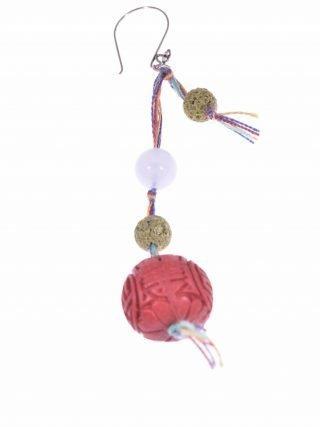 Mono-orecchino lunga vita, calcedonio, argento Mono-orecchino pendente sfera rossa con simbolo Lunga Vita, calcedonio, lava, argento.