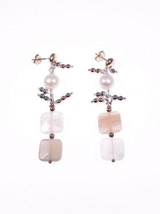 Orecchini pendenti pietra di luna, argento rosa collezione: Lunatica Orecchini pendenti in argento rosa, perle sferiche, pietra di luna quadrata.