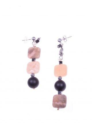 Orecchini pendenti pietra di luna, onice, argento collezione: Lunatica Orecchini disuguali in argento, pietra di luna quadrata, onice nero opaco.
