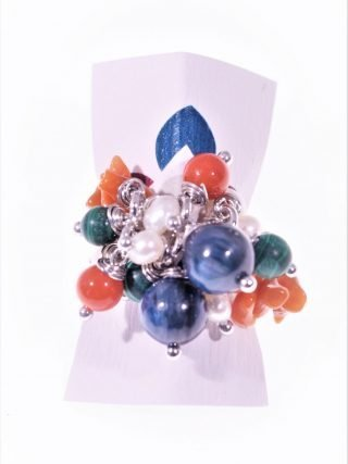 Anello argento, ciuffo cianite e corallo Linea P.blu Anello in argento 925 rodiato con ciuffo di pietre dure, cianite, malachite, corallo, perline.
