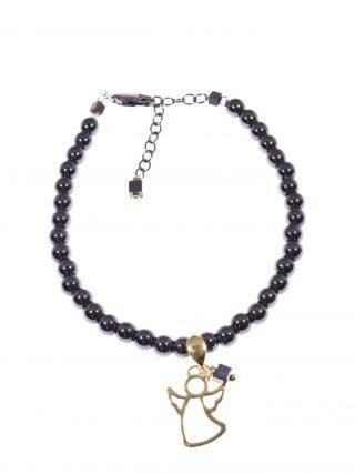 Bracciale ematite nera, charm angelo oro Bracciale sfere Ø 4 mm. di ematite nera con pendente angelo in filo piatto argento 925 placcato oro giallo.