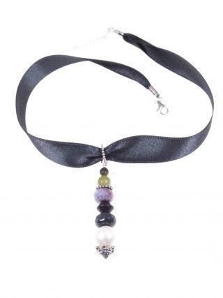 Choker raso verdone, perla, giada, argento anticato Girocollo in raso verdone, pendente con perla coltivata, giada, agata, legno, argento anticato.