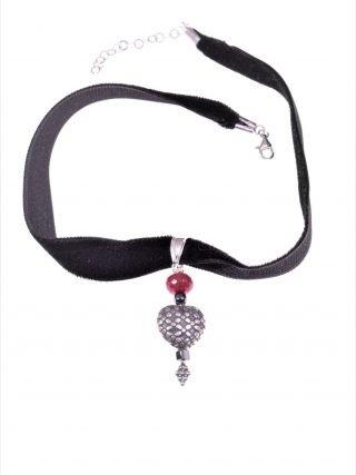 Choker velluto nero, cuore argento anticato Girocollo velluto nero, pendente rondella giada rubellite, cuore con decoro floreale in argento anticato.