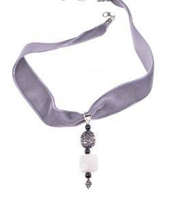 Choker velluto grigio, pietra di Luna, argento anticato Girocollo velluto grigio, pendente carrè pietra di Luna, argento decorato effetto anticato.
