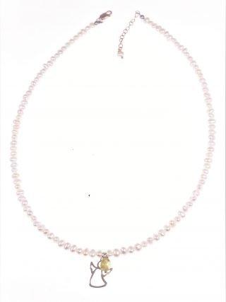 Girocollo perline con angelo rosa e peridoto perle coltivate a chicco di riso con peridoto a sasso e ciondolo angelo di argento placcato oro rosa.