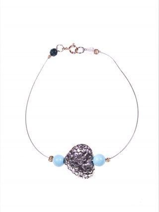 Bracciale cuore argento, acciaio, turchese Bracciale cavetto acciaio con cuore in argento anticato, piccole sfere di turchese, chiusura argento rosa.
