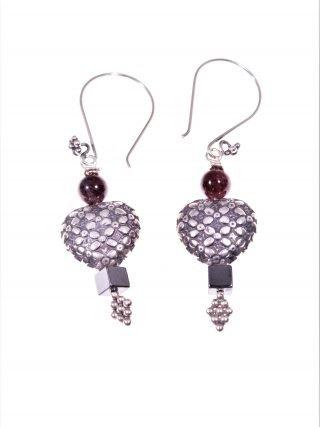 Orecchini cuore argento, granati Linea: ShadowCollezione: Cuore Orecchini con cuore in argento anticato e decoro floreale, granati ed ematite.