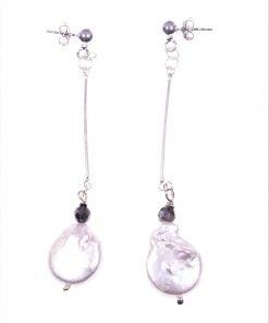 Orecchini pendenti rigidi perla Pendenti con barretta in argento 925 rodiata, terminale: piccola sfera labradorite e perla piatta irregolare grigia.