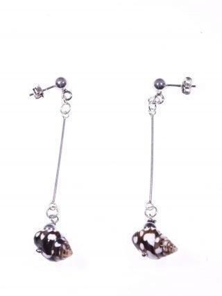 Orecchini pendenti rigidi conchiglia Orecchini pendenti con barretta in argento 925 rodiata, terminale conchiglia marrone e bianca.