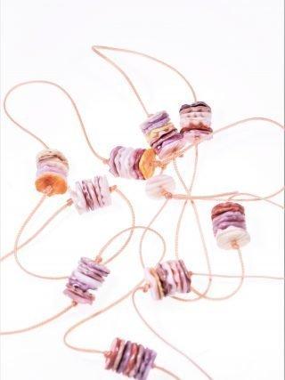 Collana cordino, dischi conchiglia Linea Milla Lunga collana con cordino colore rosa intenso, rondelle irregolari e multicolore di conchiglia.