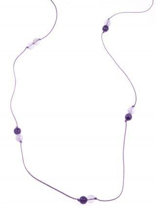 Collana minimal ametista con cordinoLinea Milla      Collezione: tessutoLunga collana con cordino viola e sfere di ametista colore viola e lilla.
