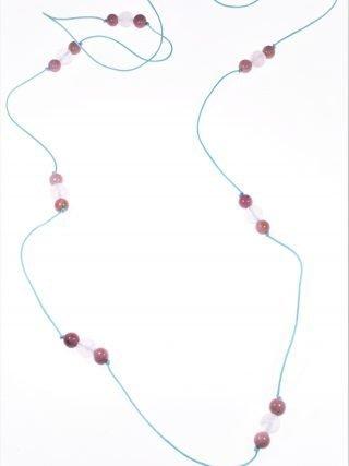 Collana cordino quarzo rosa rodoniteLinea Milla Collezione: tessuto Lunga collana con cordino colore azzurro sfere quarzo rosa e rodonite. minimal-jewels