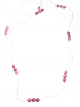 Collana cordino rosa, rodoniteLinea Milla      Collezione: tessutoLunga collana con cordino rosa intenso, sfere rodonite rosa antico.